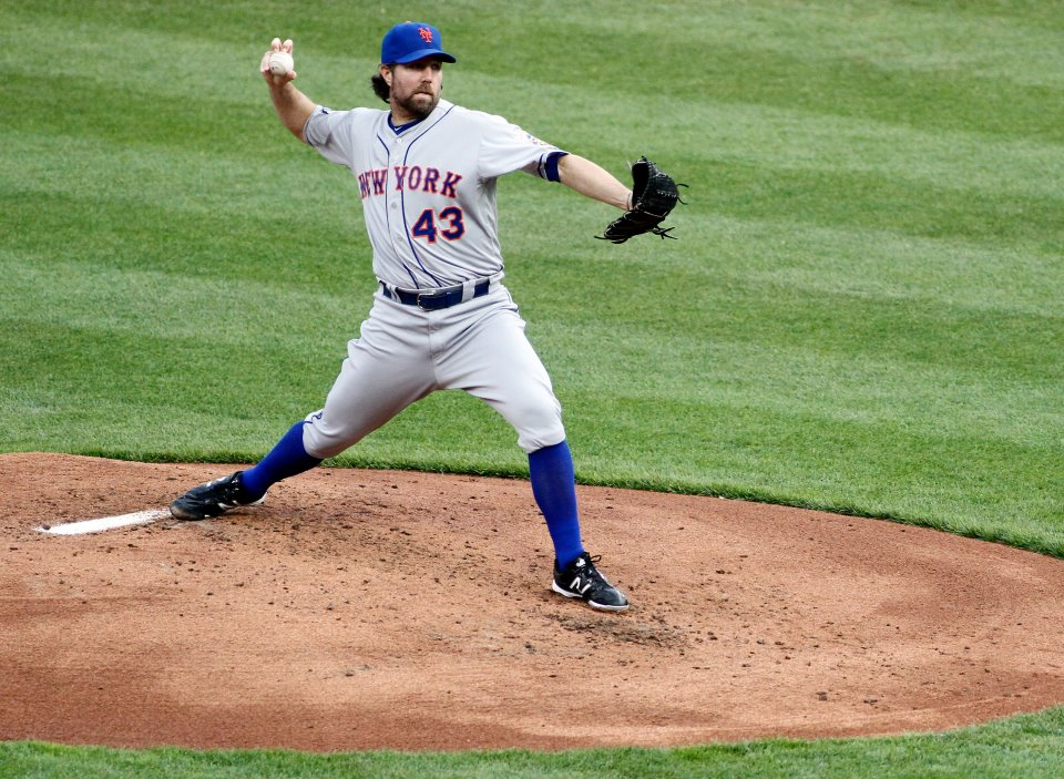 R.A. Dickey moves to 6-1 after win in Pittsburgh
