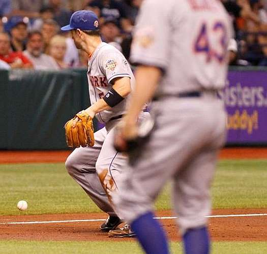 David Wright fails to field ball in R.A. Dickey's 1-hitter