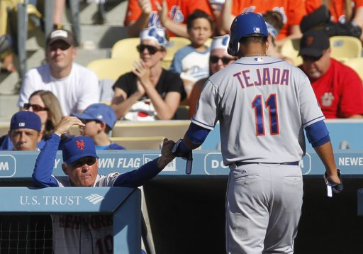 Ruben Tejada returns to dugout after scoring in 1st inning